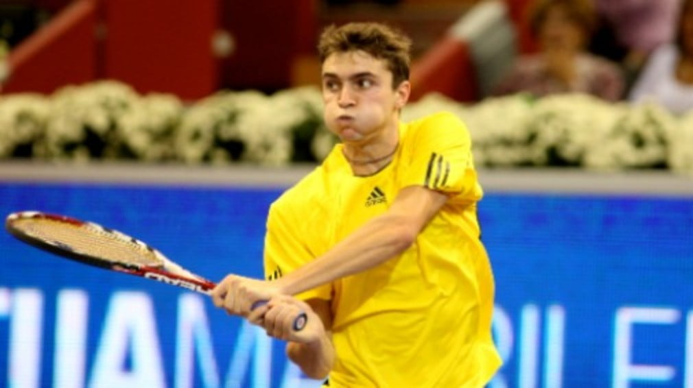 Frenchman Gilles Simon rocked the Tennis Masters Cup by beating Roger Federer on Monday before Andy Murray outlasted Andy Roddick in three sets