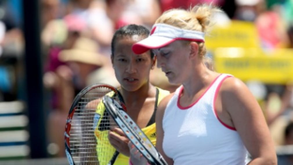 Anne Keothavong and Croatian partner Mervana Jugic-Salkic eased into the second round of the women's doubles in Melbourne on Wednesday.
