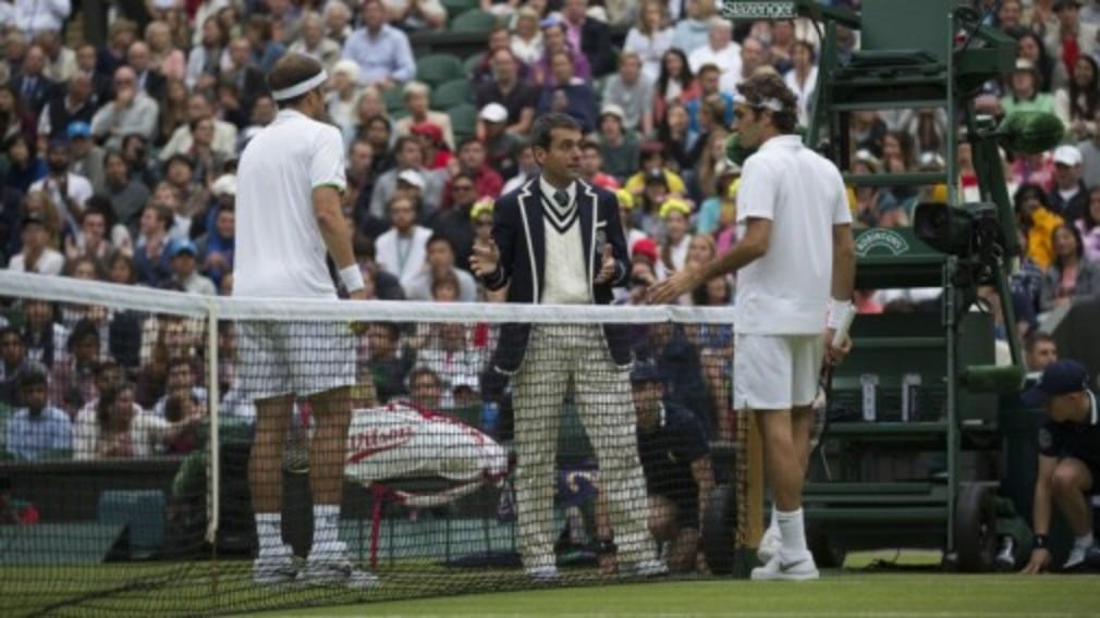 Roger Federer reached the third round of Wimbledon with a convincing 6-3 7-5 6-3 victory over Gilles Muller in the first match played under the Centre Court roof this year