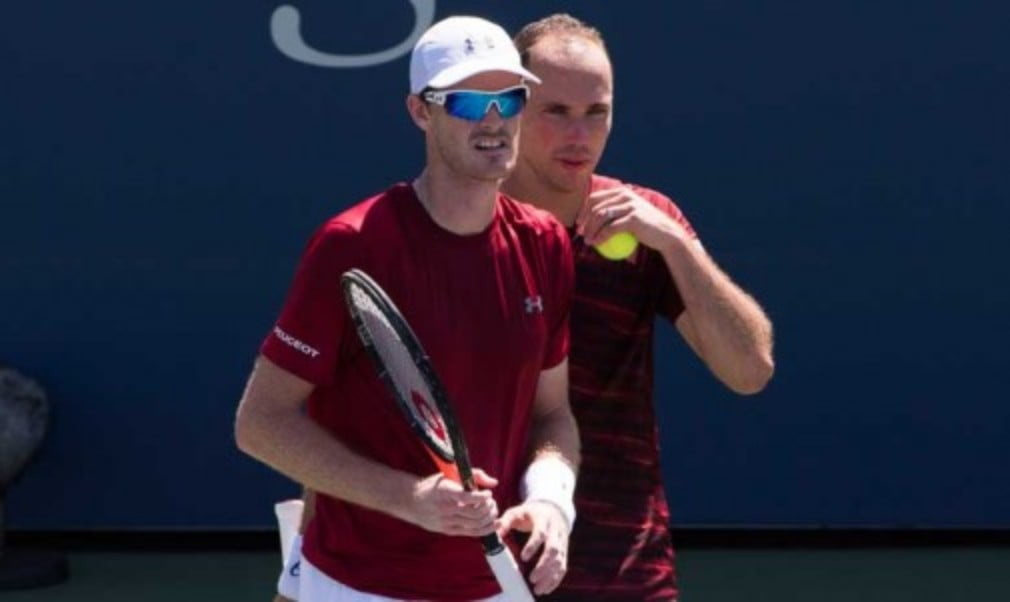 Jamie Murray and Bruno Soares booked their place in the semi-finals of the US Open with a victory against Chris Guccione and Andre Sa